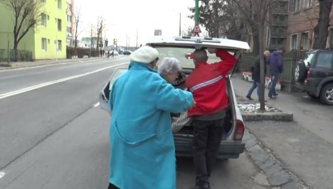 VIDEO INCREDIBIL – Pacienți cărați ca animalele, în portbagajul unei ambulanțe depășite, la Brașov!