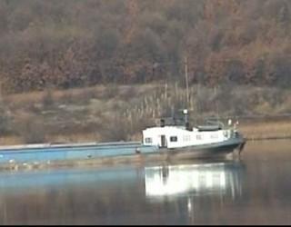 Șlep eșuat pe Dunăre, în apropiere de Podul Moldova Veche