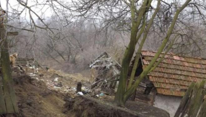 Alunecări MASIVE de teren în Buzău! Peste 300 de oameni sunt izolați!